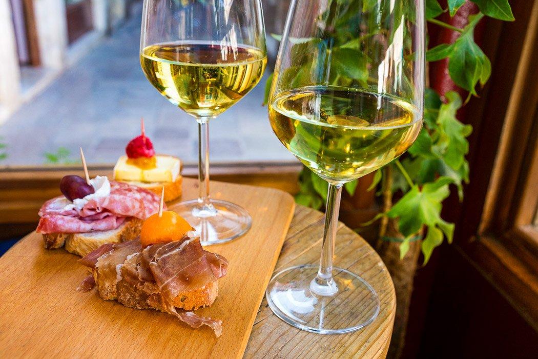 Cicchetti und Wein nach venezianischer Art