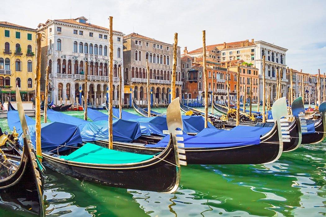 Gondeln in der Lagune von Venedig