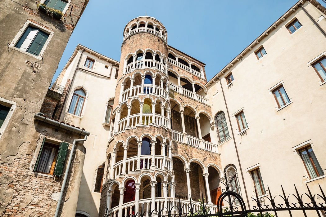 Das Treppengewinde der Scala del Bevolo in Venedig