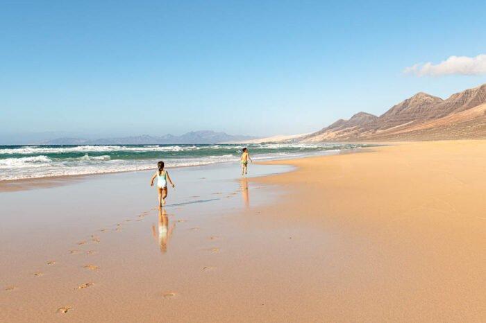Kinder am Strand in Fuerteventura