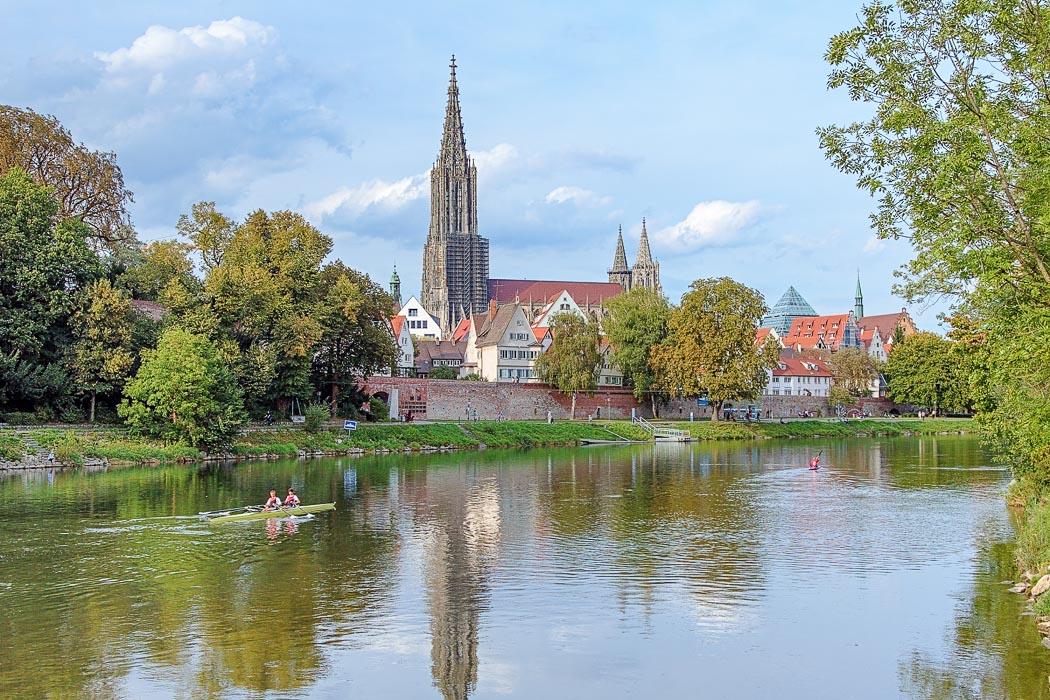 Ulmer Münster mit der Donau im Vordergrund