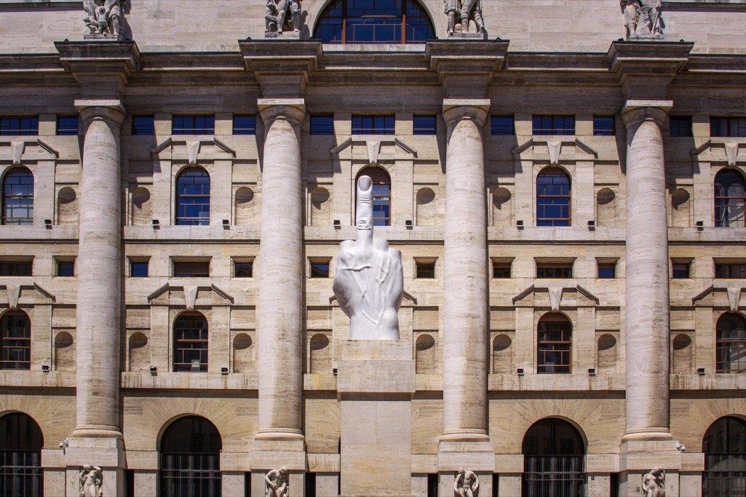 L.O.V.E. Statue in Mailand