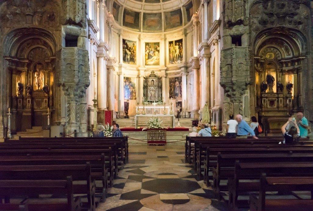 Hallenkirche Santa Maria von Innen.