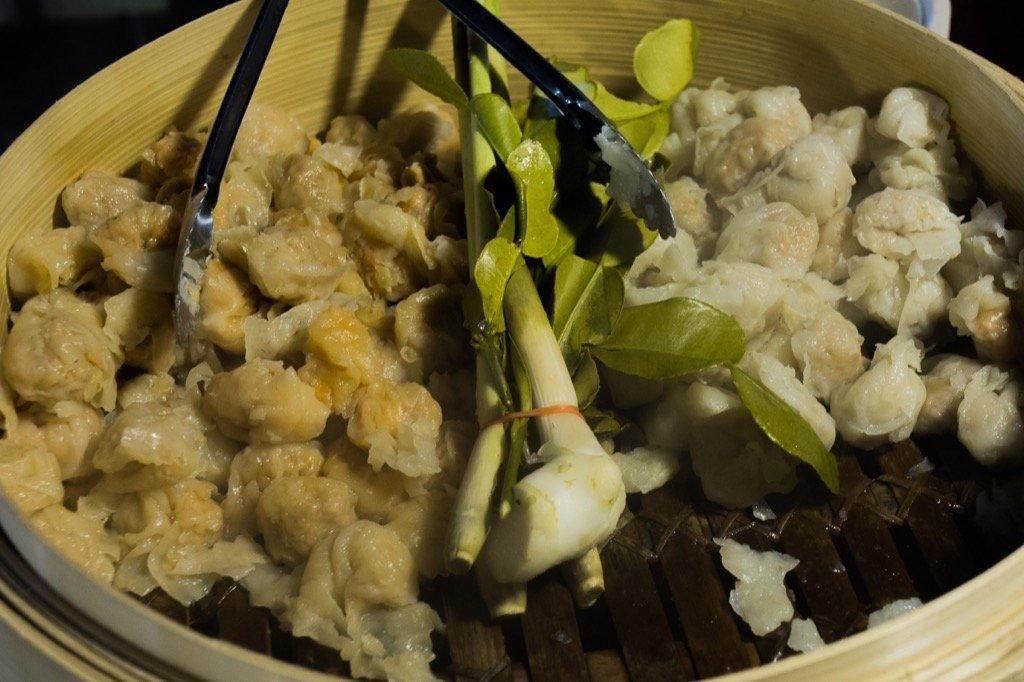 Essen auf dem Rod Fai Markt in Bangkok
