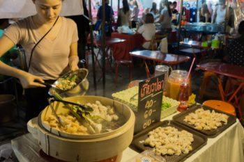 Essenstand auf dem Rod Fai Markt in Bangkok