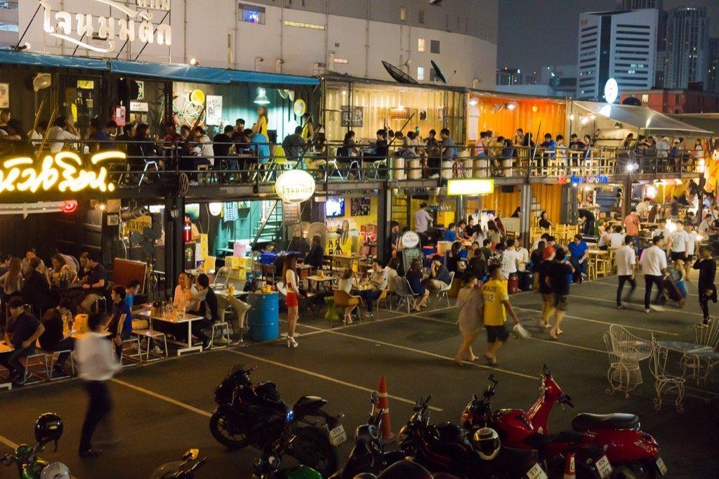 Bars auf dem Rod Fai Markt in Bangkok