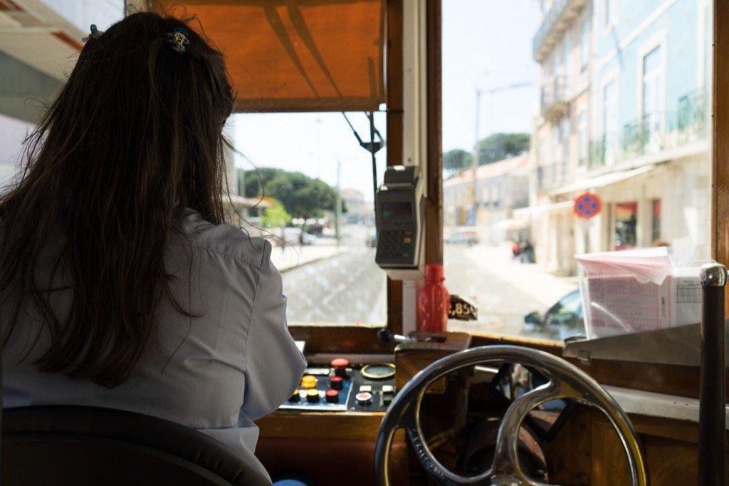 Straßenbahnfahrerin in Lissabon